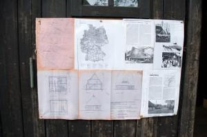 Mit viel Liebe und Arbeit hat Helmi Infomaterial  vorbereitet und an allen Gebäuden angebracht