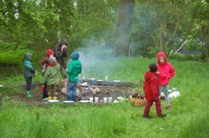 Grete mit ihrem Lagerfeuer war Anziegunspunkt für die Kinder